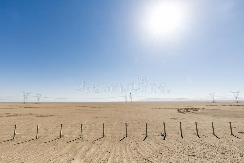 Woestijnweg in het geen-mensen` s land stock afbeelding