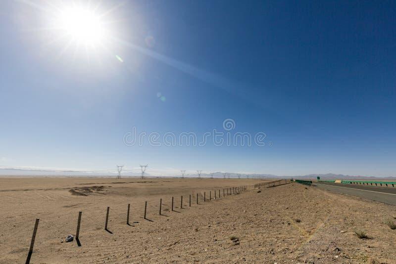 Woestijnweg in het geen-mensen` s land royalty-vrije stock foto's