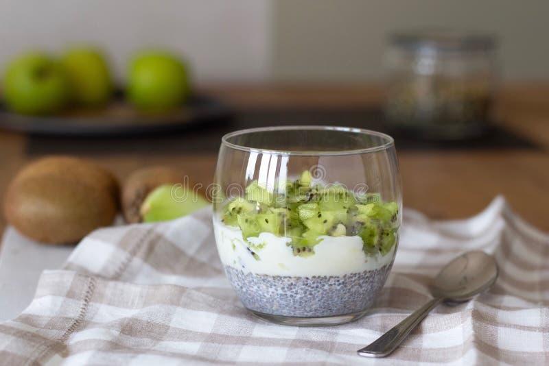 Wohl- und Gewichtsverlustkonzept, gesunder vegetarischer Fruchtnachtisch mit Kiwijoghurt und chia Samenpudding in einem Glas, Som lizenzfreie stockfotos