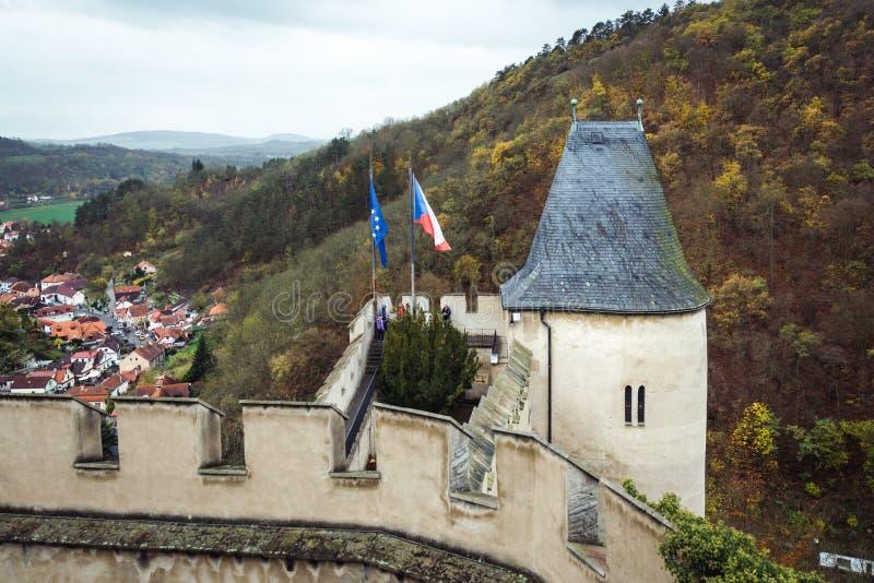 Wohler Turm von Karlstejn-Schloss in der Tschechischen Republik im regnerischen Herbst lizenzfreie stockfotografie