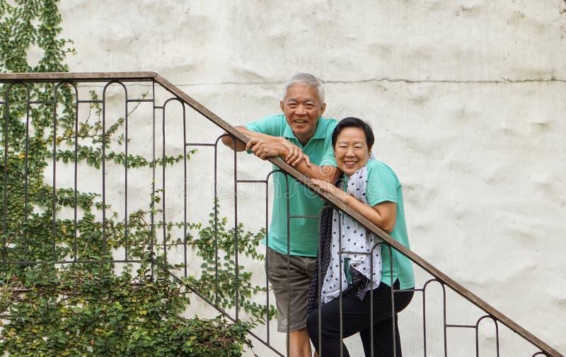Wohlhabende asiatische ältere Paare machen in den Sommerluxusferien Urlaub stockfotos