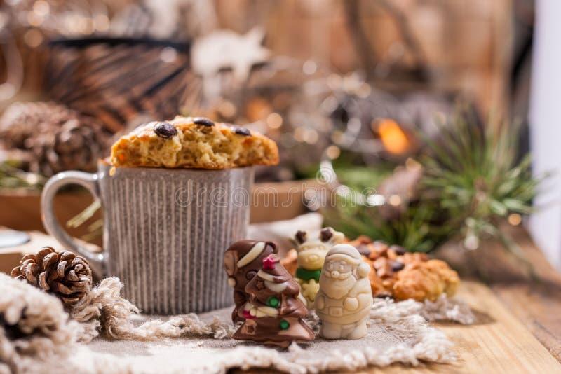 Wohlriechender Kaffee, Schokoladen in Form von Weihnachtszahlen Plätzchen und heißes Getränk für den Feiertag Gemütliche Atmosphä lizenzfreie stockbilder
