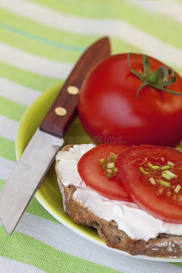 Wohlschmeckender Imbiss mit Brot und Tomaten lizenzfreie stockbilder