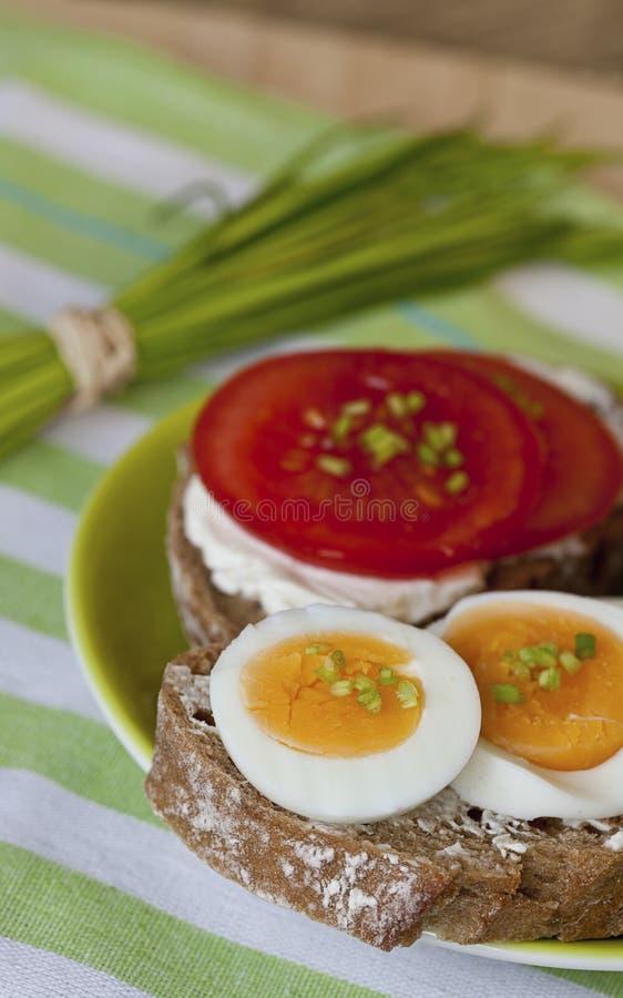 Wohlschmeckender Imbiss mit Brot und Tomaten stockfotos