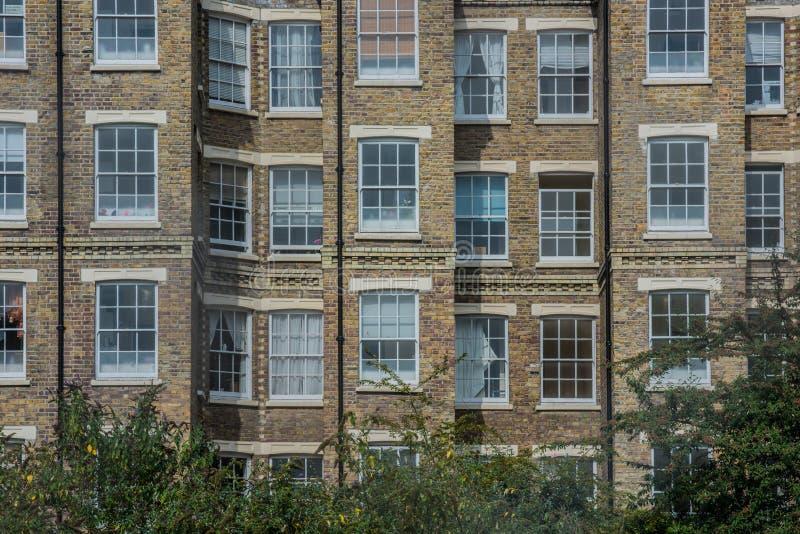 Wohn- Haus Mit Roten Backsteinen Und Weißen Fenstern In Ost-London ...