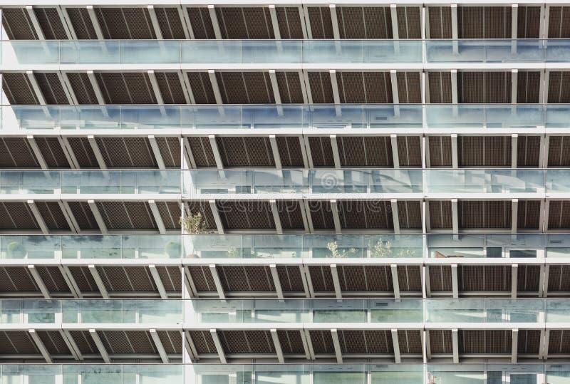 Wohnblock in London Geometrisches Muster der Balkone lizenzfreie stockbilder