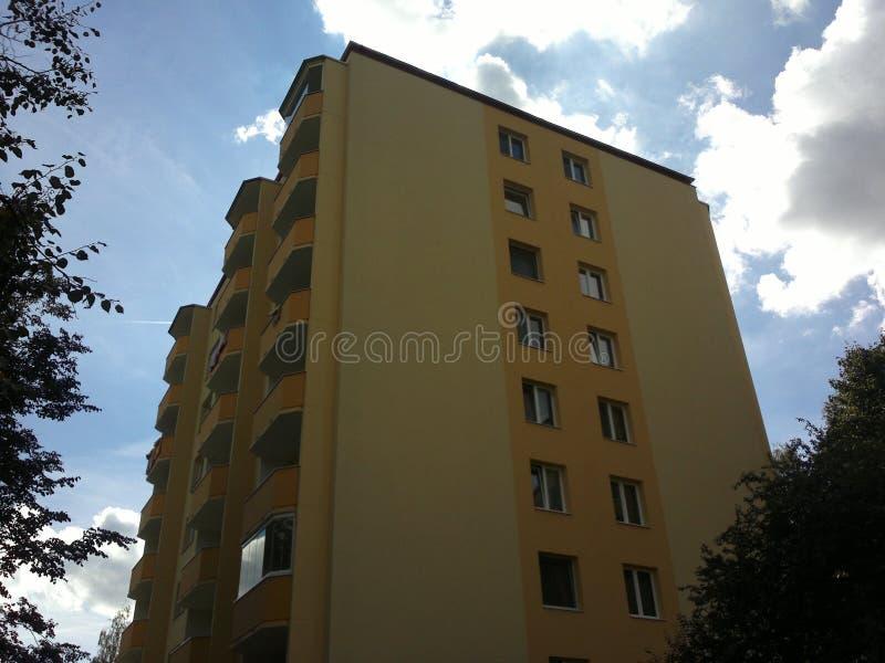 Wohnblock mit Balkonen, im Schatten lizenzfreies stockfoto