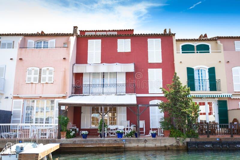 Wohngebäude im Hafen Grimaud lizenzfreies stockbild