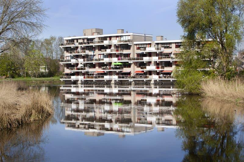 Wohngebäude nahe Wasser lizenzfreie stockbilder