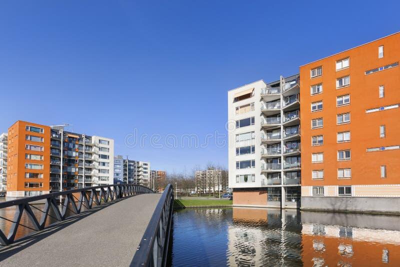 Wohngebäude und Wasser stockbilder