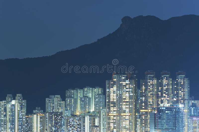 Wohngebäude unter Löwefelsen in Hong Kong-Stadt lizenzfreie stockfotografie