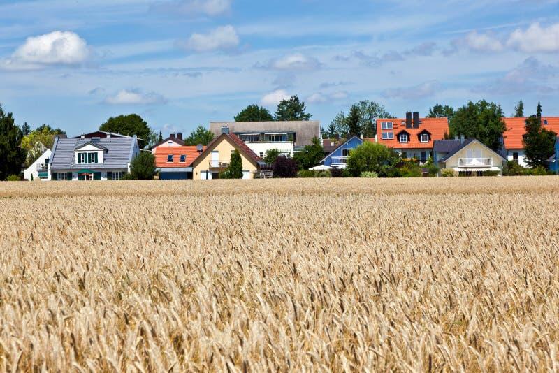 Wohngebiet in der Landschaft nahe München lizenzfreies stockbild