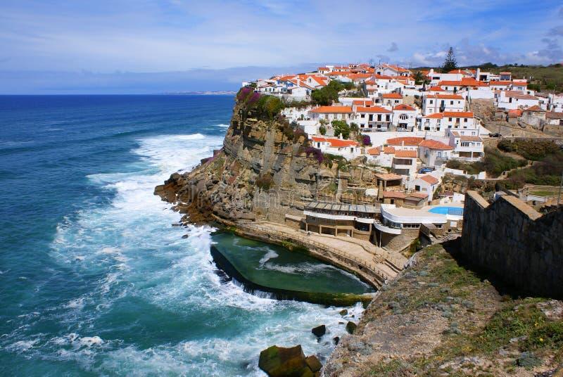 Wohnhäuser der generischen Architektur auf den Klippen von Portugal, Europa. lizenzfreies stockfoto