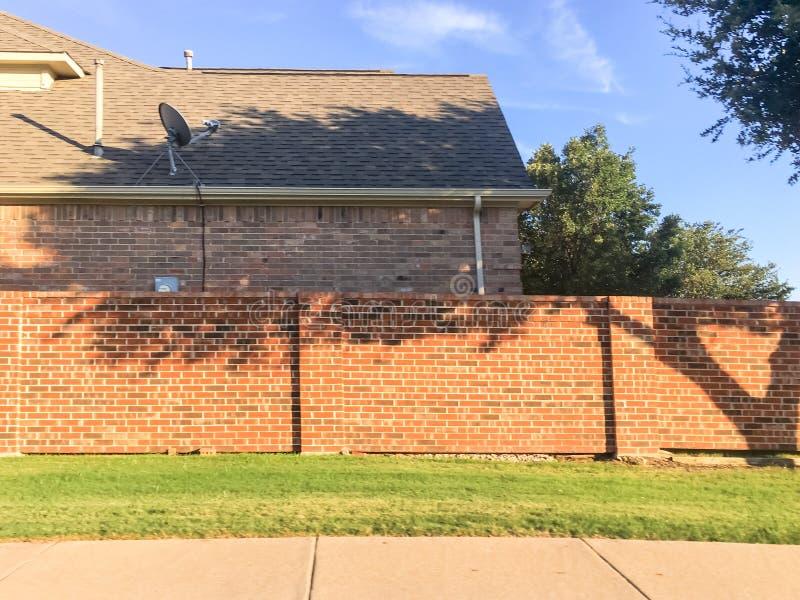 Wohnhäuser der soliden Wände des Ziegelsteines mit Satellitenfernsehen in Dallas stockfotografie