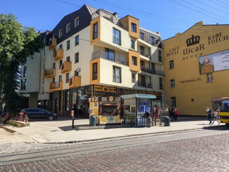 Wohnhaus mit interessanter Architektur in Lemberg stockbilder