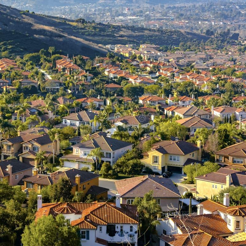 Wohnheime auf einem sonnigen Hügel in San Clemente stockbilder