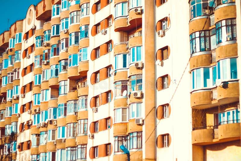 Wohnhohes gebäude Ein warmer Tag in der Stadt Schönes Gebäude des Sommers warm stockfoto