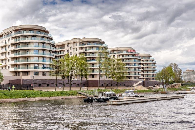 Wohnkomplex der neuen Auslese auf Krestovsky-Insel ` Privileg ` auf dem Ufer von Malaya Nevka in St Petersburg stockfotos