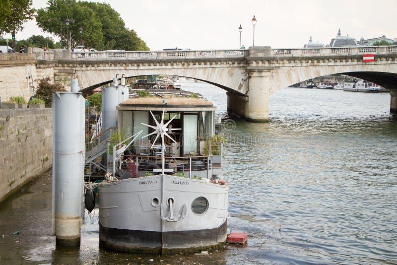 Wohnlastkahn auf dem Fluss die Seine festgemacht nahe Pont de la Concorde in Paris stockfotos