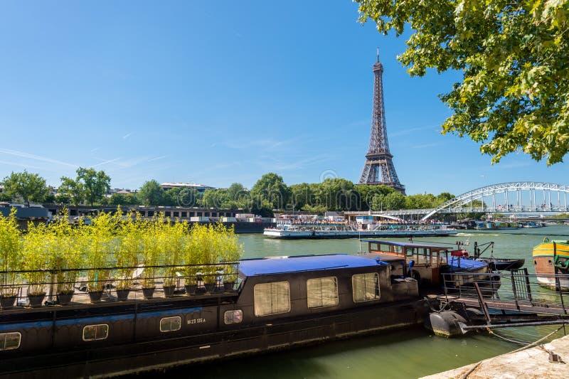 Wohnlastkahn auf der Seine mit Eiffelturm im backgr stockfoto