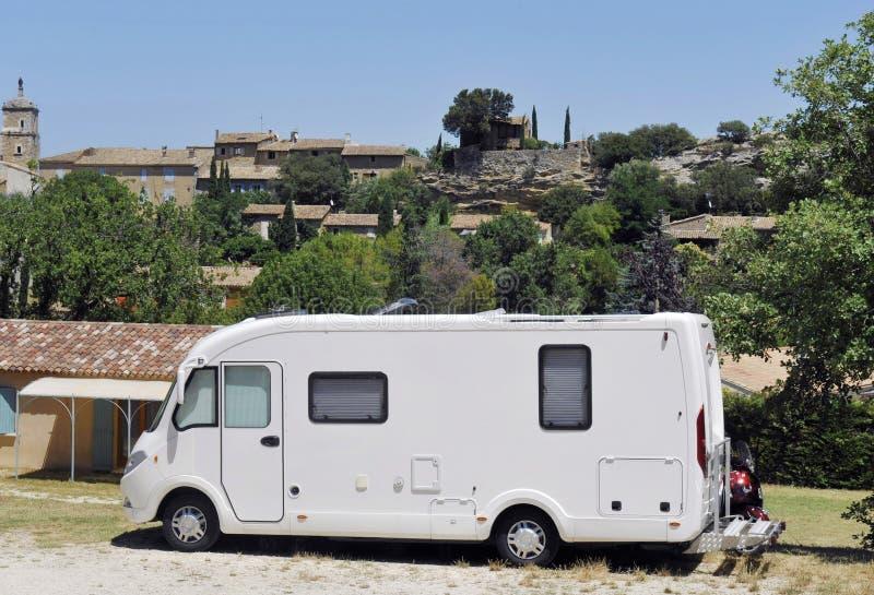 Wohnmobil an einem Kampieren lizenzfreie stockfotografie