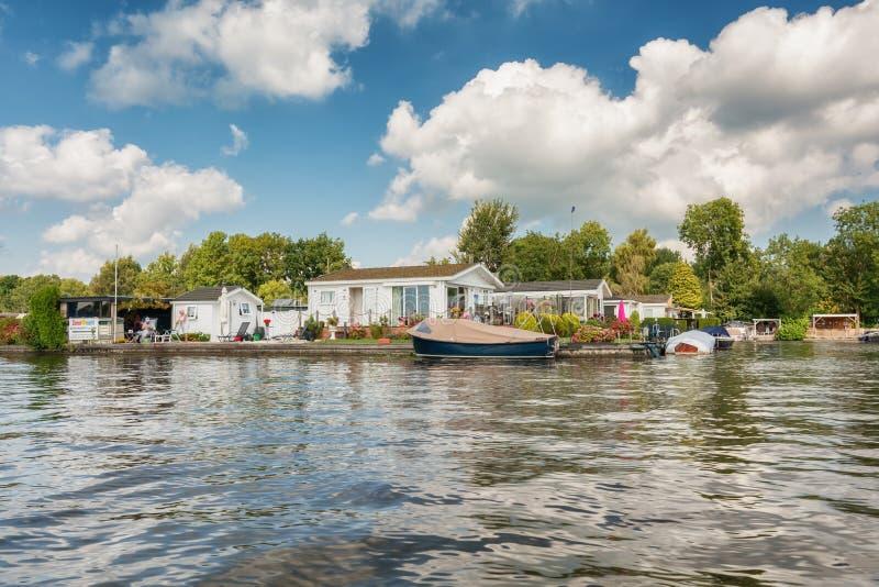 Wohnmobile auf den Banken des Loosdrechtse Plassen in den Niederlanden stockfotos