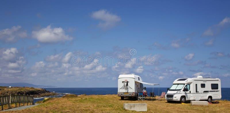 Wohnmobile an der Galizien-Küste stockbilder