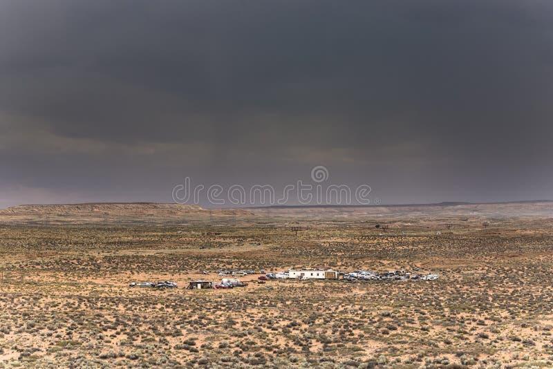 Wohnmobile in der Landschaft unter schlechtem Wetter stockfotografie