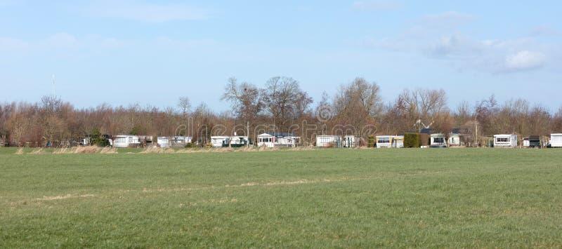 Wohnmobile in der niederländischen Landschaft stockfoto