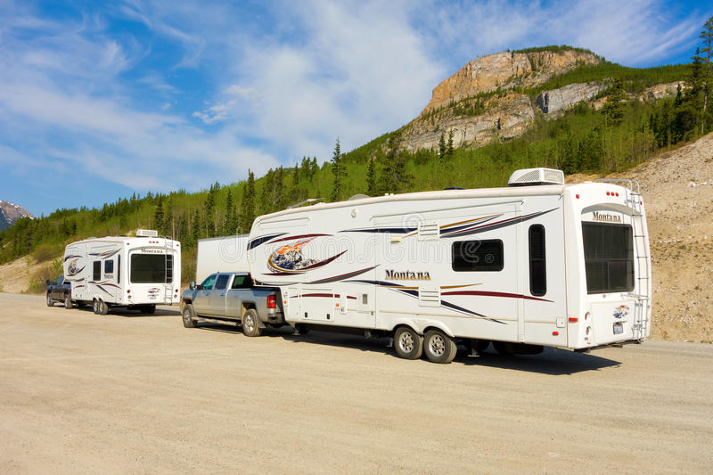 Wohnmobile an einer Ruhezone in den Yukon-Territorien stockbilder