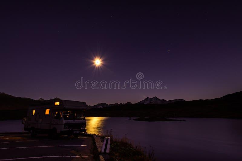 Wohnmobile nachts in den Schweizer Alpen stockfoto