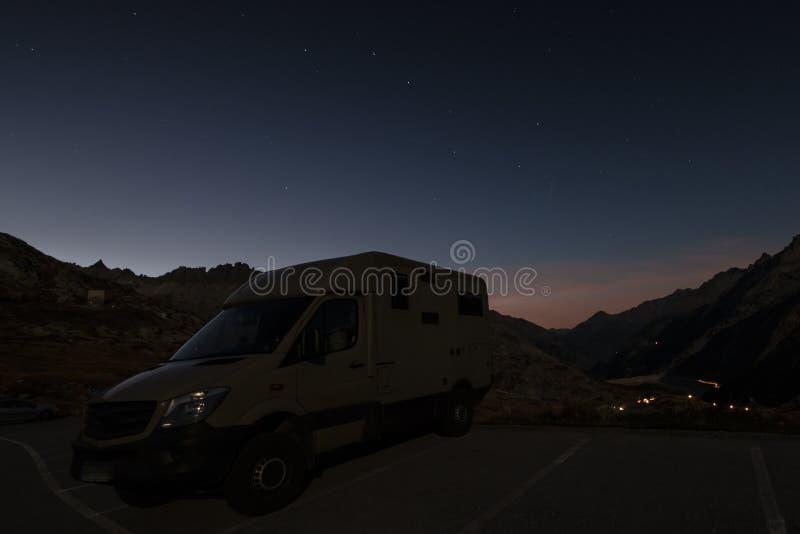 Wohnmobile nachts in den Schweizer Alpen lizenzfreie stockfotografie