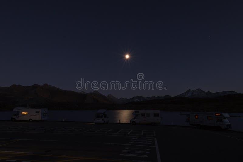 Wohnmobile nachts in den Schweizer Alpen lizenzfreies stockbild