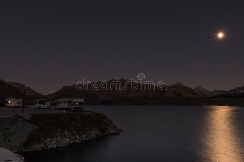 Wohnmobile nachts in den Schweizer Alpen stockbild