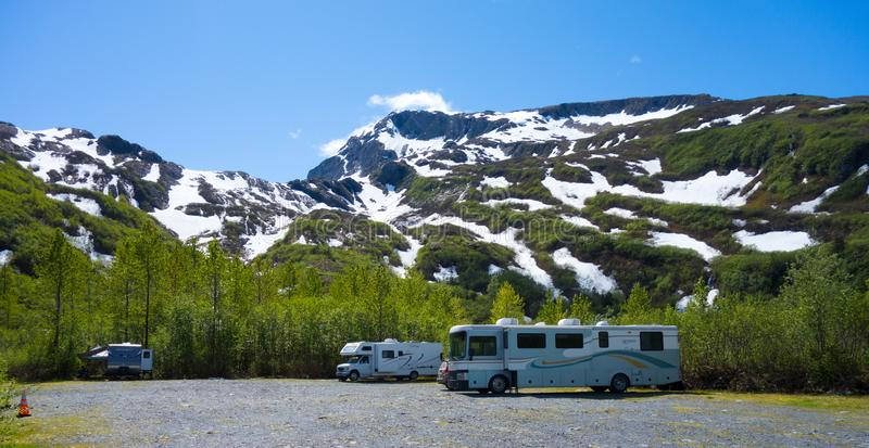 Wohnmobile parkten an einem rustikalen Campingplatz in Alaska lizenzfreie stockbilder