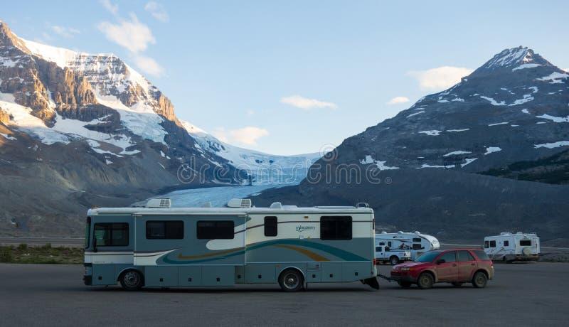 Wohnmobile parkten neben einem berühmten icefield in Kanada lizenzfreie stockbilder