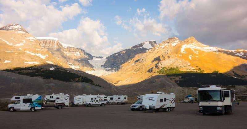 Wohnmobile parkten neben einem berühmten icefield in Kanada lizenzfreie stockfotos