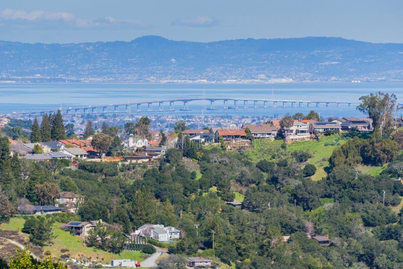 Wohnnachbarschaft auf den Hügeln von San Francisco-Halbinsel, Silicon Valley, San Mateo-Brücke im Hintergrund, Kalifornien lizenzfreie stockfotos