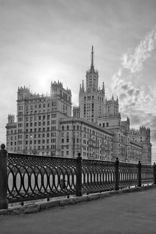 Wohnsitzgebäude auf Kotelnicheskaya lizenzfreie stockbilder