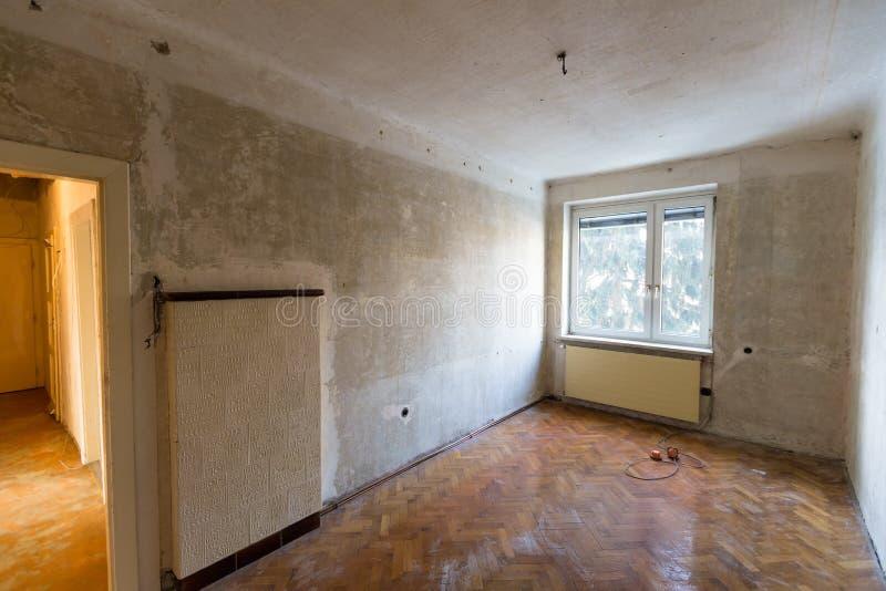 Wohnung mangels der Erneuerung lizenzfreies stockfoto