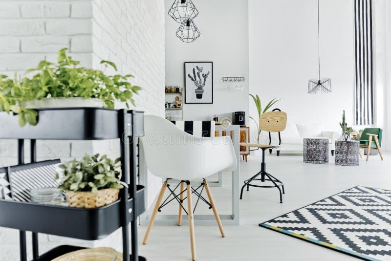 Wohnung mit Tabelle und Stuhl lizenzfreie stockfotos