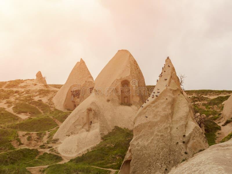 Wohnungen in den Felsen des vulkanischen Tuffs in Cappadocia, die Mittel-Türkei stockbild