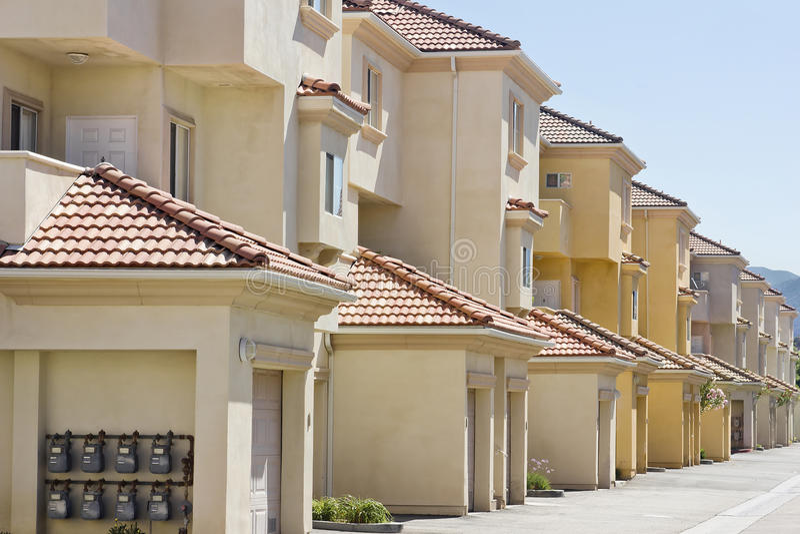 Wohnungen in einer Reihe lizenzfreie stockfotos