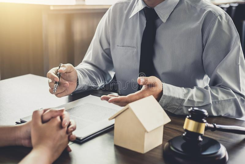 Wohnungsbaudarlehenversicherung, männlicher Rechtsanwalt oder Richter Consult mit dem Kunden lizenzfreie stockfotografie