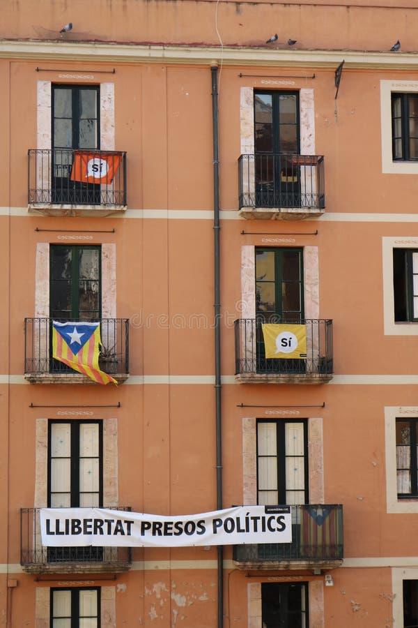 Wohnungsfenster in Tarragona während der Mittelmeerspiele im Juni 2018 lizenzfreie stockbilder