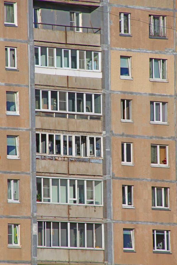 Wohnungsfenster, wo jeder Pächter sein eigenes Privatleben hat lizenzfreies stockbild