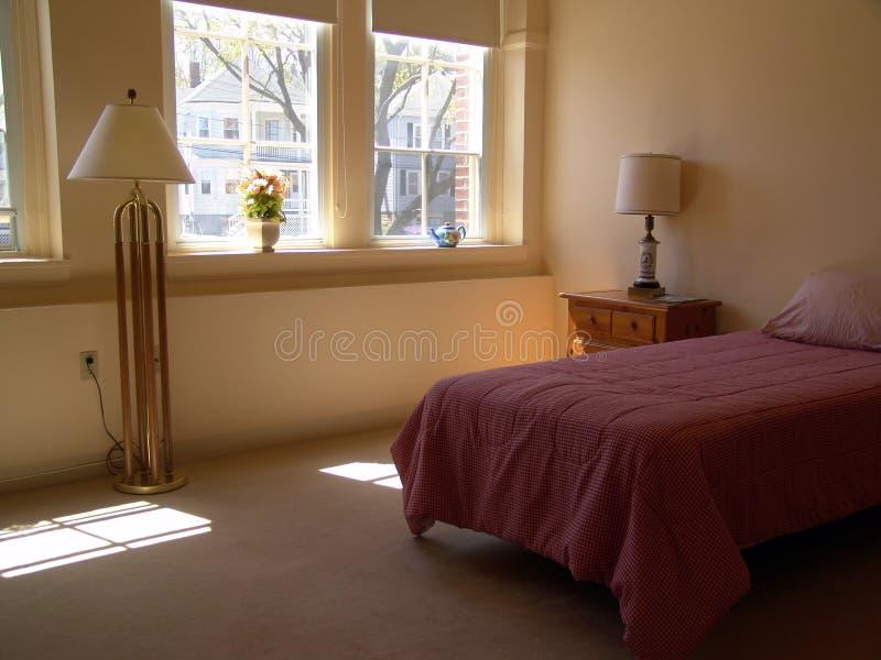 Wohnungsschlafzimmer lizenzfreies stockbild
