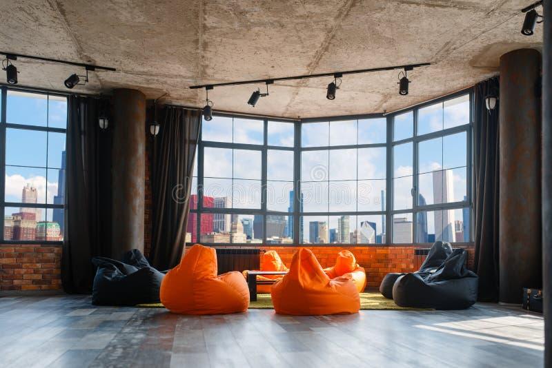 Wohnungsstudio mit panoramischer Stadtbildansicht lizenzfreies stockfoto