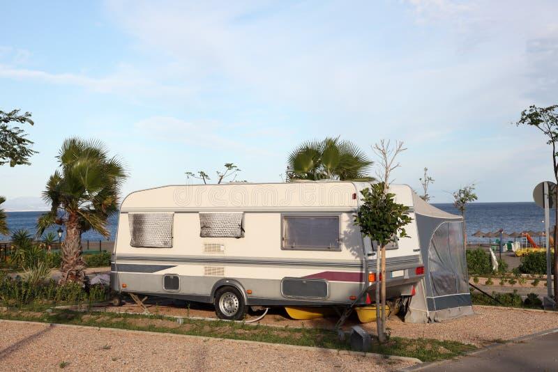 Wohnwagen auf einem Campingplatz lizenzfreie stockbilder