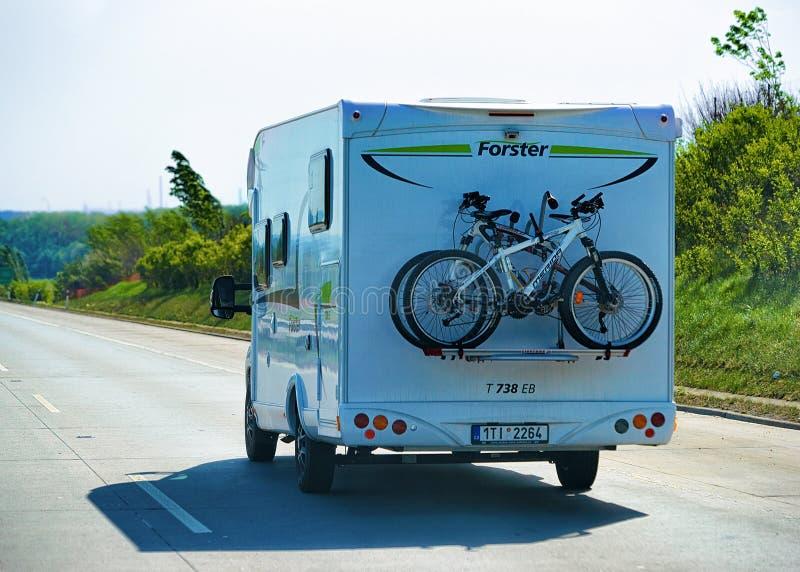 Wohnwagen mit Fahrrädern auf Landstraße in der Tschechischen Republik Europa stockbild